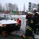 Lage in der technischen Hilfeleistung: Eine Person unter Auto eingeklemmt.