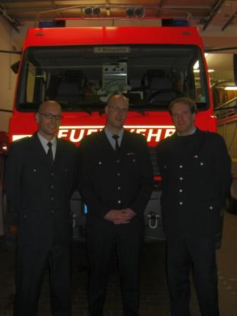 Die Wehrführung der FF-Wellingsbüttel, Dennis Binge (WF, mitte) und Lars Redecke (WFV, rechts) bleibt auch zukünftig bestehen.
