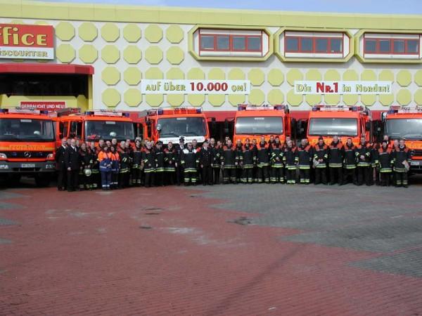 Fahrzeuge, Feuwehrfrauen und Feuerwehrmänner der Freiwilligen Feuerwehr Bereich Harburg
