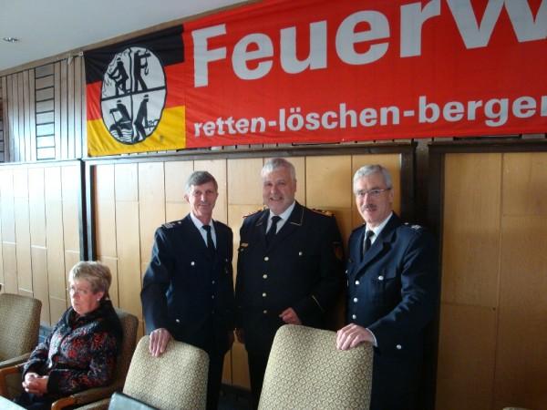 Von links stehend: LBF Hermann Jonas, Präsident des DFV Hans-Peter Kröger, Amtsleiter der Feuerwehr Hamburg Klaus Maurer  Copyright: Sven Koopmann
