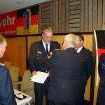 Der Präsident des DFV Hans-Peter Kröger bei der Verleihung des silbernen Ehrenkreuzes an WF Jörg Braatz, FF Lurup