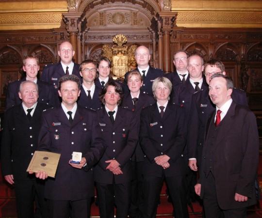 Die erfreute und stole Wehr nach der Auszeichnung im Hamburger Rathaus  Quelle und Copyright: FF Pöseldorf