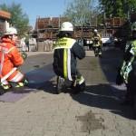 Bedienung des Hohlstrahlrohres im Seitenkriechgang  Quelle und Copyright: Markus Weber, FF Schwäbisch-Gmünd
