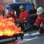 Die richtige Bekämpfung von Flüssigkeitsbränden mit Hilfe der Schaumbox  Quelle und Copyright: Markus Weber, FF Schwäbisch-Gmünd