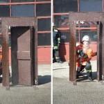 Das richtige Öffnen einer Tür unter einsatzmäßigen Bedingungen  Quelle und Copyright: Markus Weber, FF Schwäbisch-Gmünd