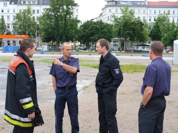 Gesamteinsatzleiter Brandamtsrat Pries bei der Lagebesprechung  Copyright: www.feuerwehr-hamburg.de