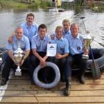 ...dem Vorjahressieger FF Kirchwerder-Nord auch in diesem Jahr zwei gewaltige Pokale überreichen ©F. Elze
