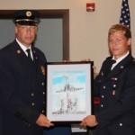Scott Strauss übergibt auf der Abschiedsfeier ein Bild zum Gedenken an 9/11 <br>© FF Stellingen<br