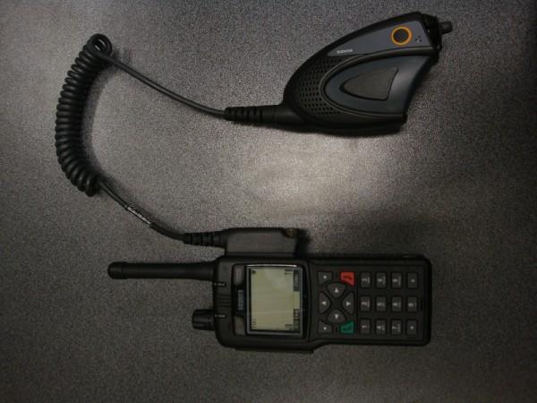 HRT (Handheld radio terminal/ Hand-Sprechfunkgerät) im Profil 1 mit angebautem Handmonophon  Copyright: Sven Koopmann, AG MuK