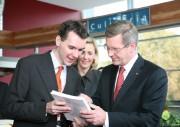 Bundespräsident Christian Wulff erhielt ein Exemplar der Lokstedter Chronik aus den Händen von Kai Winter.  Quelle und Copyright: FF Lokstedt
