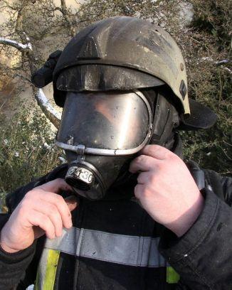Deutlich zu erkennen sind die Bereiche, die ohne Flammschutzhaube von Verletzungen betroffen wären.  Quelle und Copyright:  Feuerwehr Geesthacht