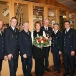 Jürgen (3. v. r.) zusammen mit Ehefrau Christa und den Gratulanten ©FF Neuengamme