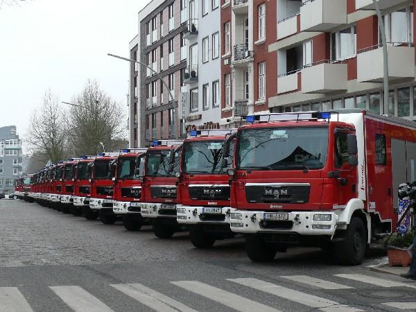 Die neuen LF-KatS vor dem Seitenportal des Michel (c) MT