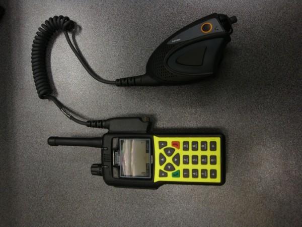 Digitales Handfunkgerät mit angeschlossenem Handapparat