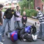 Eine Gruppe Jugendlicher hat einen Unfall beobachtet und hilft durch einen Notruf.