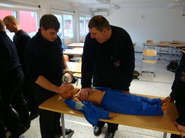 Reanimationsübung an einer Kinderpuppe