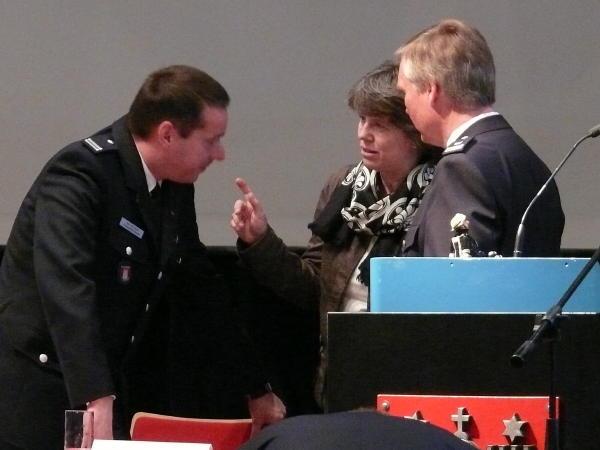 Die Hamburger Feuerwehr-Pastorin Erneli Martens (mi.) im Gespräch m. LJFW v. Appen (li.) und LBF/V-S Burmester (c) AG MuK FF HH