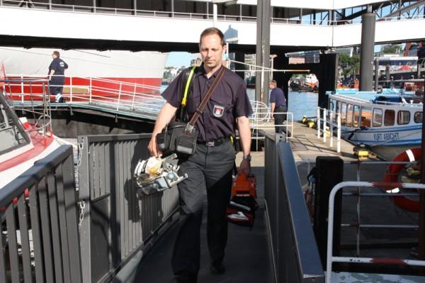 Michael Rose von der Feuerwehrakademie sorgt für die notwendigen Requisiten. Foto: Wolfgang Häcker