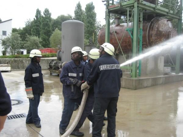 Ausbildung der Kameraden aus Tansania an der Feuerwehrakademie  Quelle und Copyright: Reinhard Paulsen, JF Hamburg