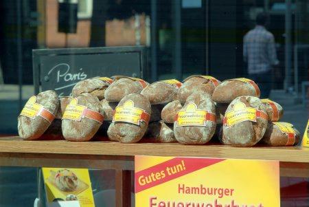Das Hamburger Feuerwehrbrot vor der Filiale auf St.Pauli  Foto: Florian Büh, www.Gutes-Foto.de