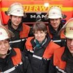 Feuerwehrpastorin Martens mit Einsatzkräften (c) Hamburger Abendblatt