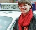 Erneli Martens (49), Hamburger Feuerwehrpastorin, der zur Dienstausübung ein roter Feuerwehr-Smart zur Verfügung steht. (c) Nordelbien