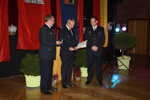 BerF Rolf Lohse überreicht die Verdienstmedaille (c) C.Behn