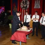 Unter Aufsicht wurde die Helmtorte dann von den Gästen verspeist. (c) C.Behn