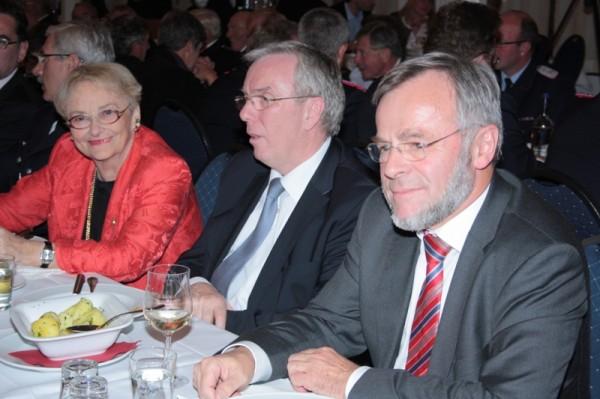 Frau Thomas am Tisch mit Herrn Rechenbach und Staatsrat Schiek © Erika Löffel