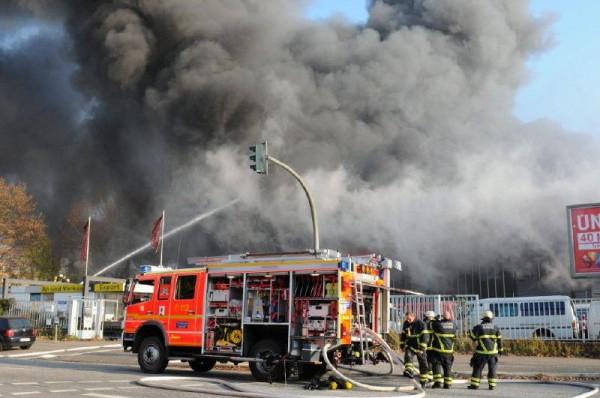 Sehr schnelle Brandausbreitung in der gesamten Halle (c) H. Lahmann