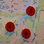 Mit roten Magneten werden im Lagezentrum die kritischen Bereiche markiert. Stündlich werden die Pegel abgelesen.