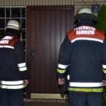 Feuerwehrleute klingen an den Türen der betroffenen Häuser. Viele Anwohner schlafen tief und öffnen nicht.