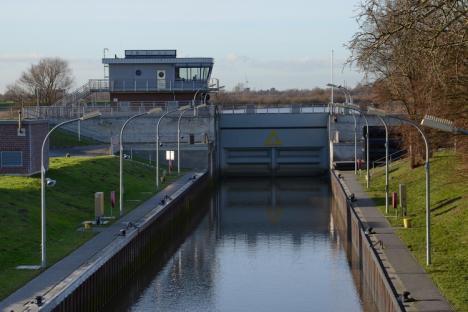 Am Freitagmorgen konnten die Nebenarme dann bei Niedrigewasser der Elbe über die Tatenberger Schleuse entwässert werden.
