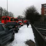 Kräfte auf der Kieler Str., rechts das Brandobjekt (c) FF Altona