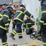 BF Bergedorf bei der Rettung mit Hebekissen