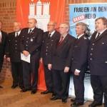 Nach der Ehrung, v.l.: Innensenator Neumann, DFV-Präs. Kröger, WF Gressmann, BI Deißenberg, Dr. Rechenbach, Alt-LBF Jonas und LBF Wronski (c) MT - AG MuK