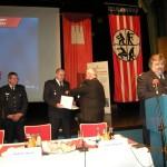 DFV-Präsident Kröger bei der Ehrung der verdienten Kameraden (© D.Frommer)
