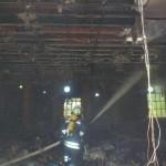 Die Zwischendecke verhinderte eine Brandausbreitung. Das Dach wurde trotzdem beschädigt. (c) T. Wrage, FF RISS