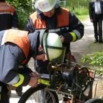 Bautrupp der FF Wandsbek-Marienthal bei der Bedienung des Feldkabelbauwagens