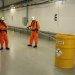 (C) Presse- und Öffentlichkeitsarbeit Gorleben GNS, Messungen an dem radioaktiven Fass durch den Messtrupp