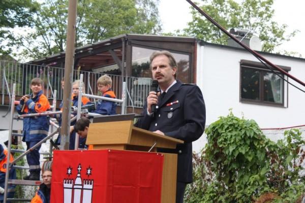 Der Wehrführer Holger Larsen bei seiner Rede zum 1. Spatenstich.