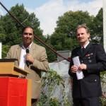 Der Bezirksabgeordnete der SPD, Gulfam Malik, der der Wehr viel Glück zur Bauerweiterung wünschte.