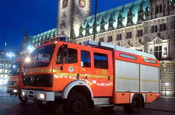 Löschfahrzeuge vor dem Rathaus (c) FF BILLH
