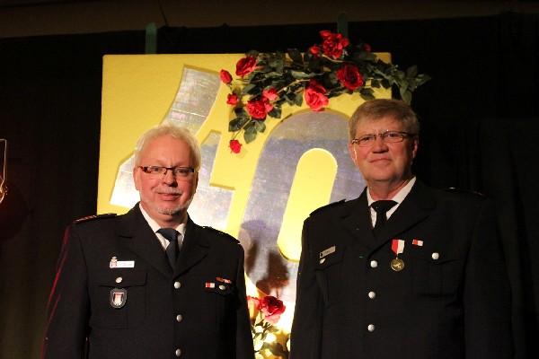 Die beiden 40-jährigen Feuerwehrjubilare Heiko Wrage (li.) und Bernd Diers (c) H. Strate