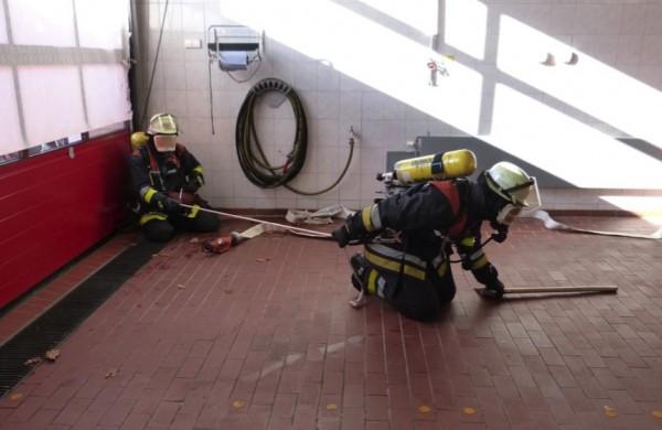 Foto: O.Wendt; Übungsteilnehmer probieren die theoretischen Kenntnisse in der Praxis aus.