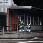 Angriffstrupp der Freiwilligen Feuerwehr verschafft sich Zugang zum Verkaufsraum um einen Innenangriff vorzutragen (c) H. Lahmann