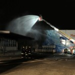 Brandbekämpfung und Verhinderung der Brandausbreitung mit Hilfe eines Wenderohrs über die DLK der FuRW Stellingen (c) H. Lahmann