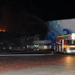 Feuer durch das Dach des vorderen Gebäudeteils, die gr. Halle rechts konnte gehalten werden (c) H.Lahmann