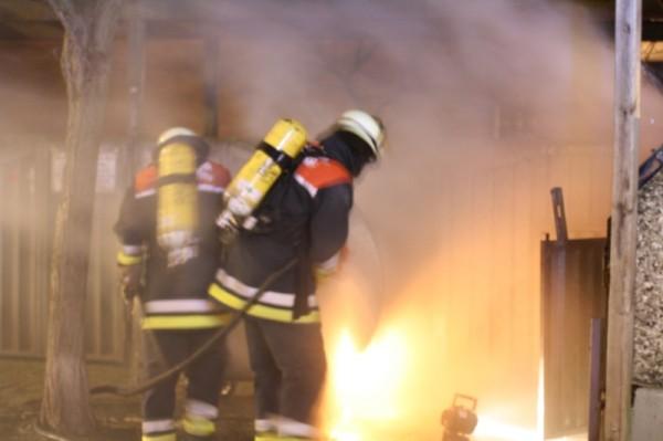 Kräfte der Freiwilligen Feuerwehr bei Bekämpfung eines der hunderten Kleinfeuer in der Silvesternacht