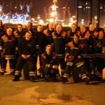Gruppenbild der Freiwilligen Feuerwehren Altona und Ottensen-Bahrenfeld, die sich zufällig in der Silvesternacht in der Nähe befanden und die kurze Zeit für ein kurzes Treffen nutzten